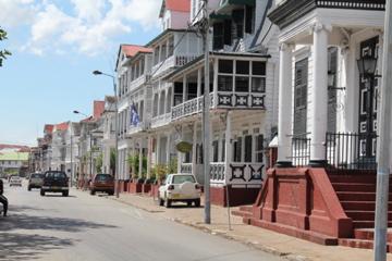 Voir un drapeau du Québec dans une ville comme Paramaribo et réaliser le lendemain que nous sommes les plus grands exploitants d'or au Suriname. Penser à blood diamond et avaler ma salive en espérant qu'on soit plus juste et bon avec les employés surinamais.