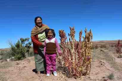La femme du sous-ministre de l'agriculture et sa fille, près d'Uyuni. Si près de sa communauté, le sous-ministre a fait la route de nuit en autobus (parce que c'est ce qu'il a l'habitude de faire), alors que nous avons pris un vol d'une heure... On ne peut pas en dire autant de notre gouvernement. Crédit photo : Holman Rodriguez