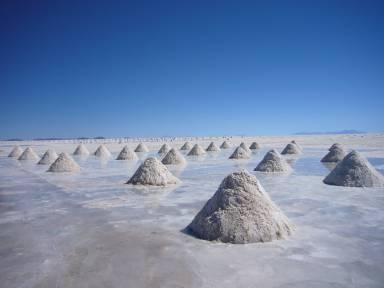 Ledit Salar, du sel à perte de vue. Du sel qui s'achète pour des pinottes (10 bolivianos le monticule, environ 1,40$...les travailleurs en vendent environ 5 par jour) parce que l'offre est loin d'être rare. Ça fait que le petit pot de gros de sel à 6$ à l'aéroport...ben je l'ai laissé sur la tablette.