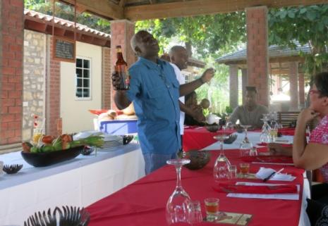 Il est 12h15. J'en suis à mon deuxième cocktail nommé Sueur tropicale. Notre ami, XX, du restaurant Le Relais du Chateaublond, situé au Parc historique de la canne à sucre, qui lui a probablement mis du Barbancourt dans son café, danse et chante en nous parlant de l'endroit, de la culture culinaire haïtienne, en passant du coq à l'âne entre les services. On l'aime.
