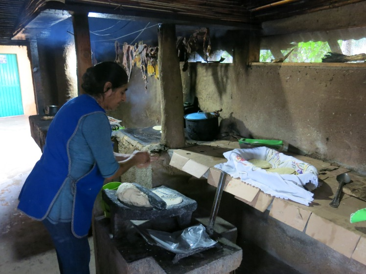 Dona Oralia dans la cuisine de la Fonda Las Orquideas à Jalpan de Serra.JPG